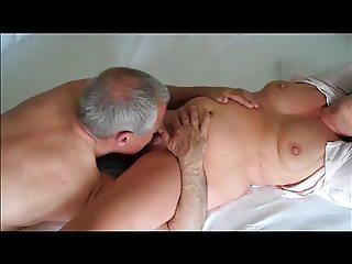 starik-delaet-kuni-porno