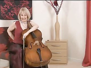 Mommy Blonde Violonchelo Teacher-Gets Naked & Mansturbate