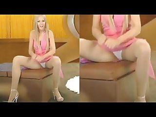 Martina Hill spreizt die Beine - Camel Toe