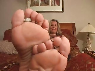 Anglo-Nordic Yankee Mature MILF shows her Big Blonde Feet