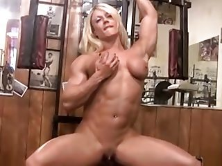 Muscle vixen Lisa Cross works out nude at the gym