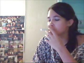 Brunette teen jills off in dorm room