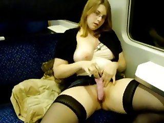 Une jolie allemande se masturbe dans le train