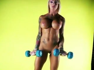 Hot fitness babe pumping iron