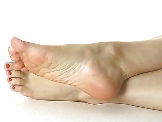 POSING FEET N' SOLES