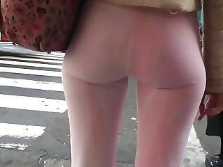 nena en leggins rosa