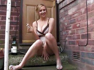 girl smoking - upskirt!!