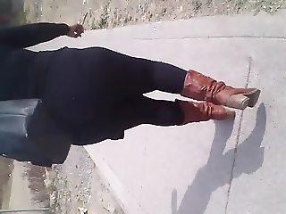 En la calle: Nalgada a una Madura Culona