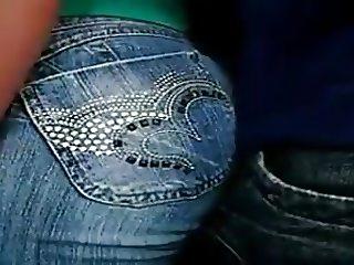Encoxando amiga da bunda durinha com jeans