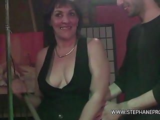 Une cougar femme de menage baise par un rebeu dans un club