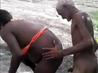 Velho brocha e negra cracuda fodendo no mato