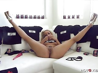 Petite Cam Girl has a Hot Screaming Orgasm