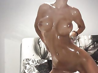 Perfect Babe give a perfect oil show