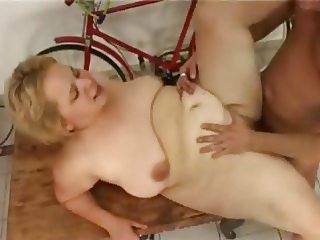 Chubby blond mature take it in the ass