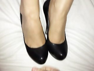 Shoejob and cum on her high heel pumps