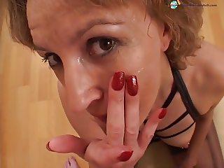 Gepiercte lippen lecken