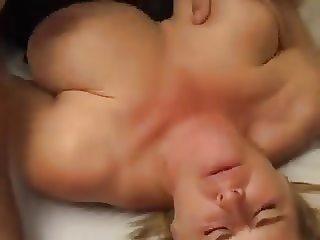blonde vrouw met grote borsten wil wel wat laten zien