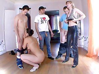 Mature soumet la jeune girl bien baisee par 3 gars !!