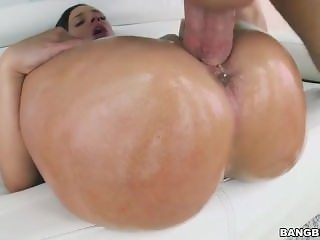 BIG BUBBLE BUTT IN OIL BELONGS TO JADA STEVENS WHO IS PUSSY FUCKING TONIGHT