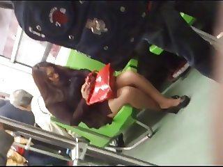 Una Secretaria en Mini mostrando pierna