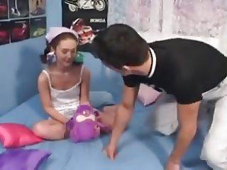 Razz- il padre gioca col culo della figlia