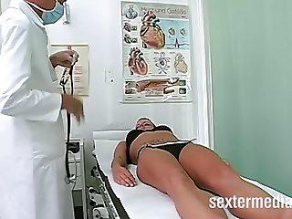 Dieser Frauenarzt ist echt abgefahren!