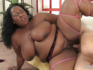 Black plumper Daphne Daniels takes a long dick