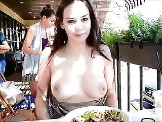 morena mostrando peitos no restaurante safada