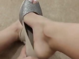 Tirando peep toe dos meus pezinhos