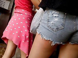 NINFETA TESUDA shortinho jeans polpinha de fora