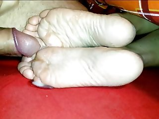 Cum on girlfriends small sexy soles Footfetish