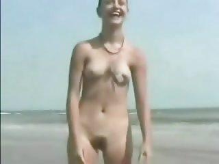 desnudandose en la playa
