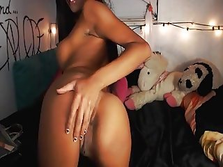 petite cam babe plays her pussy