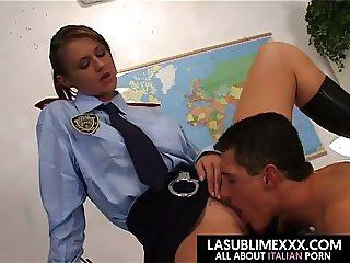 La poliziotta si prende il manganello nel culo!
